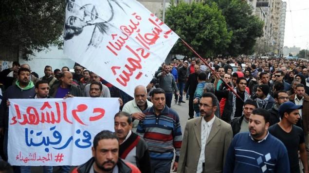 تشييع جثمان شيماء الصباغ، متظاهرة مصرية قتلت خلال اشتباكات مع الشرطة المصرية، 25 يناير 2015 (TAREK ABDEL HAMID / AFP)