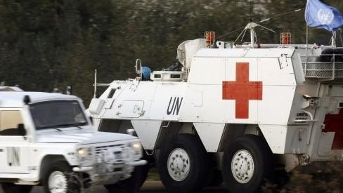 جنود اسبانيون من قوات اليونيفيل في لبنان يقودون سيارة اسعاف مدرعة بعد التقاط جثمان الجندي الاسباني، 28 يناير 2015 (MAHMOUD ZAYYAT / AFP)