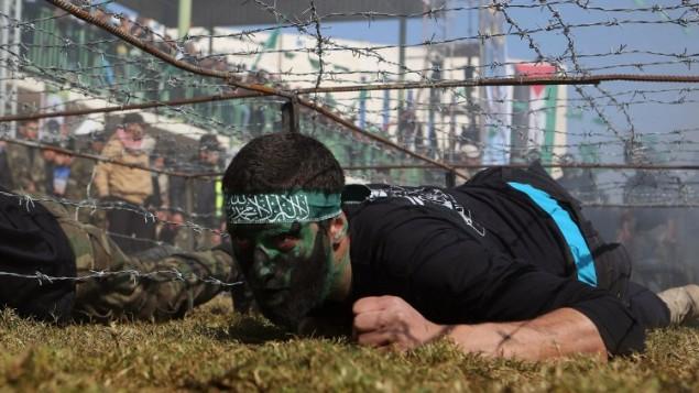 شباب فلسطيني يبرز مهاراته خلال حفل تخرج  من المعسكر التدريبي الذي تديره حركة حماس  29 يناير 2015 في خان يونس،  جنوب قطاع غزة AFP PHOTO / SAID KHATIB