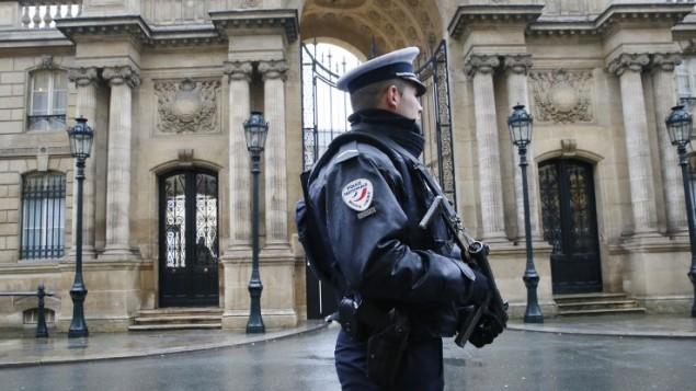 ضابط شرطة أمام قصر الإليزيه في باريس  8 يناير عام 2015، بعد يوم من اقتحم مسلحون اسلاميون مكتب المجلة 'الساخرة شارلي'. (AFP PHOTO / PATRICK KOVARIK)