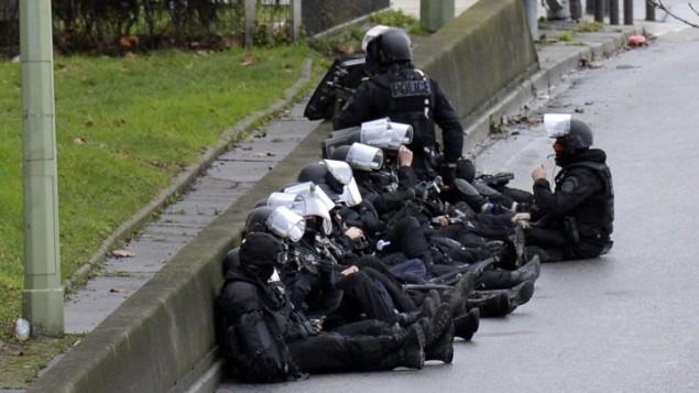 9 يناير 2015  أفراد من قوات الشرطة الفرنسية  امام متجر للاغذية اليهودية في سان ماندي بالقرب من بورت دو فينسين، في شرق باريس AFP/ ERIC FEFERBERG