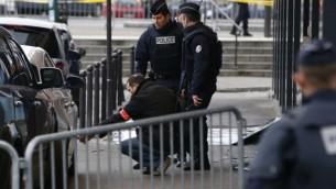 ضباط الشرطة أمام محل بقالة للاكل اليهودي في بورت دو فينسين، شرق باريس،  10 يناير 2015 بعد يوم من قتل جهادي أربعة أشخاص AFP/KENZO TRIBOUILLARD