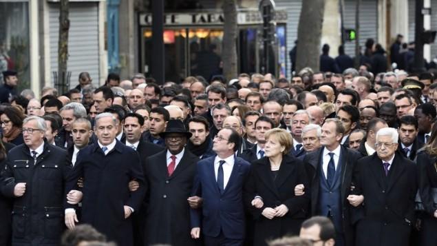 """من اليسار: رئيس المفوضية الأوروبية جان كلود يونكر، رئيس الوزراء الإسرائيلي، بنيامين نتنياهو، رئيس مالي ابراهيم بوبكر كيتا، الرئيس الفرنسي فرانسوا هولاند والمستشارة الألمانية أنجيلا ميركل والرئيس الاتحاد الأوروبي دونالد توسك، رئيس السلطة الفلسطينية محمود عباس، وغيرهم من رؤساء الدول اتخاذ شارك في مسيرة الوحدة """"المسيرة الجمهورية""""  11 يناير 2015 في باريس تكريما ل17 ضحايا موجة القتل التي استغرقت ثلاثة ايام. AFP PHOTO / ERIC FEFERBERG"""
