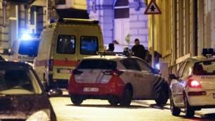 مراكب شرطة في الشارع بينما تقيم الشرطة محيط امني كبير في مركز مدينة فيرفير، شرقي بلجيكا، 15 يناير 2015 (AFP/Belga/Bruno Fahy)