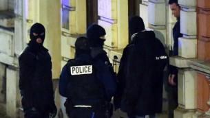 الشرطة البلجيكية امام مبنى في فيرفيرس، شرق بلجيكا،  15 يناير كانون الثاني  2015. AFP/Belga/Bruno Fahy