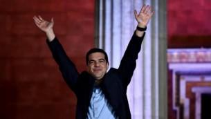 رئيس حزب سيريزا، اليكسيس تسيبراس، يرفع يديه للترحيب بداعميه في اثينا بعد فوزه بالانتخابات في 25 يناير 2015 (AFP/ ARIS MESSINIS)