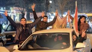 اكراد يحتفلون في ديار بكر في تركيا بالانباء عن طرد المقاتلين الأكراد لداعش من بلدة كوباني، 26 يناير 2015 (ILYAS AKENGIN / AFP)