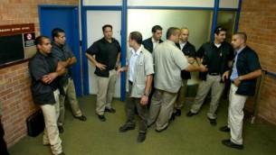 صورة توضيحية لافراد الحرس الشخصي لاعضاء الكنيست ينتظرون خارج جلسة مغلقة في الكنيست (فلاش 90)