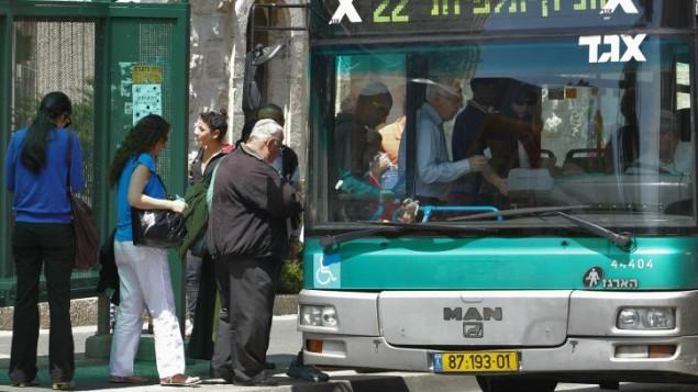 صورة توضيحية، ركاب يعتلون حافلة ايغيد (فلاش 90)