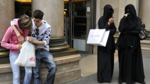 صورة توضيحية، نساء محجبات في باريس Serge Attal/Flash 90
