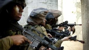 اعضاء وحدة 8200 خلال تدريبات في سبتمبر 2012 (Moshe shai/Flash90)