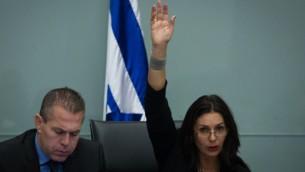 عضو الكنيست ميري ريغيف (يمين) مع وزير الداخلية جلعاد اردان في الكنيست 8 ديسمبر، 2014  Miriam Alster/Flash90