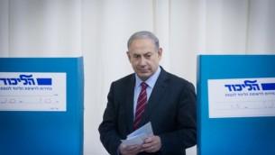 رئيس الوزراء بنيامين نتنياهو يوم الانتخابات التمهيدية لليكود في 31 ديسمبر 2014 (فلاش 90)