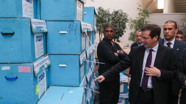 رئيس حزب العمل يتسحاق هرتسوغ يزور مقر الأولية للحزب في حولون، 11 يناير كانون الثاني 2015. (Flash90)