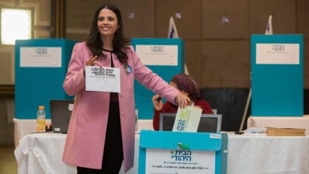 ايليت شاكيد تدلي بصوتها في الانتخابات التمهيدية في حزب في القدس، يوم 14 يناير، 2014  (فلاش 90)