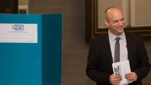 وزير الاقتصاد وزعيم حزب البيت اليهودي نفتالي بنت خلال الانتخابات التمهيدية للحزب، في القدس،  14 يناير، 2014  (فلاش 90)