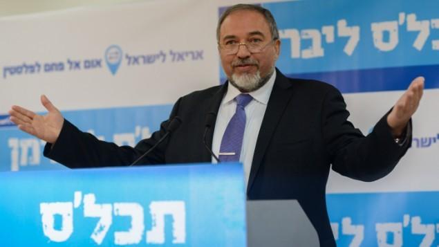 وزير الخارجية ورئيس حزب يسرائيل بيتينو افيغادور ليبرمان يتكلم في مؤتمر صحفي في تل ابيب في 15 يناير 2015 ( Ben Kelmer/Flash90)