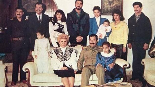 رغد، في سترة زرقاء، تحمل طفلها في هذه الصورة مع عائلة صدام حسين في سنوات 1980 Wikimedia Commons