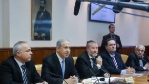 رئيس الوزراء بنيامين نتنياهو يقود الاجتماع الاسبوعي للحكومة في مكتب رئيس الوزراء في القدس 25 يناير كانون الثاني 2015  Marc Israel Sellem/POOL