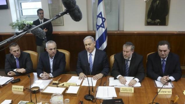 بنيامين نتنياهو, في الوسط, يتحدث امام الكابينت. 4 يناير 2015   Marc Israel Sellem/POOL/FLASH90