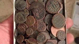 عملات صودرت من منزل لص الآثار مشتبه به في بيت شيمش، ديسمبر 2014   Unit for the Prevention of Antiquities Robbery of the Israel Antiquities Authority