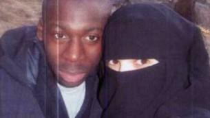 صورة غير مؤرخة امدي كوليبالي،  الجهادي الذي قتل أربعة يهود في سوبر ماركت كوشير في باريس ويشتبه به في قتل شرطية فرنسية، مع زوجته حياة بومدين المطاردة من قبل الشرطة Screenshot/Itele
