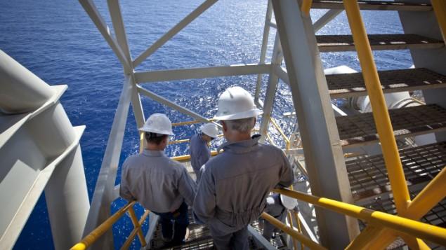 """عمال في مفاعل """"تمار"""" لمعالجة الغاز الطبيعي, 24 كيلومتر امام الساحل الاسرائيلي جنوب عسقلان (فلاش 90)"""