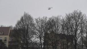 طائرة هليكوبتر تحلق فوق المنطقة حيث أطلقت أعيرة نارية واحتجز الرهائن مع استمرار البحث عن شقيقين المتهمين بقتل 12 صحفي في هجوم شارلي ايبدو  9 يناير، 2015. ( AFP PHOTO / DOMINIQUE FAGET)