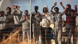مهاجرون افارقة يتظاهرون امام مركز الاعتقال حولوت, فبراير 2014 (فلاش 90)