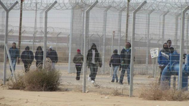 معتقلون في مركز الاعتقال حولوت، السبت، 17 يناير 2015 (Nehama Shimnovic)