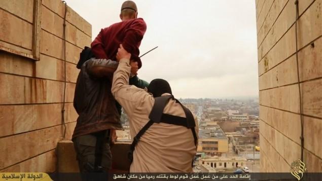 الدولة الاسلامية داعش تنفذ حكم الاعدام بالرمي من مرتفع ضد رجل اتهم بالمثلية الجنسية (فيسبوك)