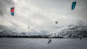 شباب يستخدمون الطائرات الورقية على الجليد في حقل تغطيها الثلوج في مرتفعات الجولان، 8 يناير 2015. Basal Awidat/Flash90