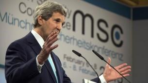 وزير الخارجية الأمريكي جون كيري يتكلم خلال مؤتمر الامن العالمي في ميونيخ، المانيا. 8 فبراير 2015 (JIM WATSON / POOL / AFP)
