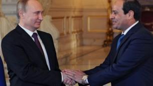 الرئيس المصري عبد الفتاح السيسي يصافح االرئيس الروسي فلادمير بوتين خلال لقائهم في القاهرة، 10 فبراير 2015 (MIKHAIL KLIMENTYEV / RIA NOVOSTI / AFP)