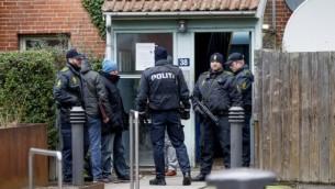 الشرطة الدانماركية تفتش شقة في نوريبرو، 15 فبراير 2015 ( AFP PHOTO / SCANPIX DENMARK / BAX LINDHARDT)
