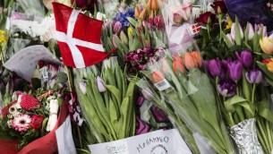 ازهار توضع من اجل الضحايا خارج المركز الثقافي في كوبنهاغن، 15 فبراير 2015 (CLAUS BJORN LARSEN / AFP)