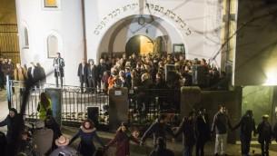 مسلمون نرويجيون يشكلون سلسلة سلام بشرية حول كنيس في اوسلو، 21 فبراير 2015 (FREDRIK VARFJELL / AFP)