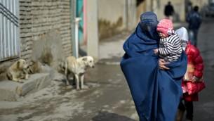 توضيحية: امرأة افغانية في مدينة كابول، 18 فبراير، 2015. (WAKIL KOHSAR / AFP)