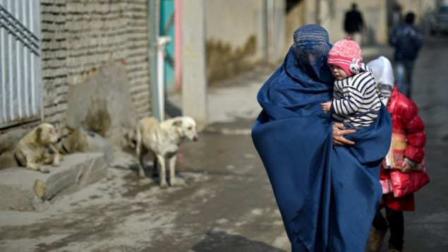 امرأة افغانية في مدينة كابول، 18 فبراير 2015 (WAKIL KOHSAR / AFP)