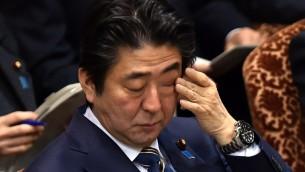 رئيس الوزراء الياباني شينزو آبي يبكي خلال جلسة حكومية يوما بعد قتل الرهينة اليابانية على يد الدولة الإسلامية، 2 فبراير 2015 (YOSHIKAZU TSUNO / AFP)