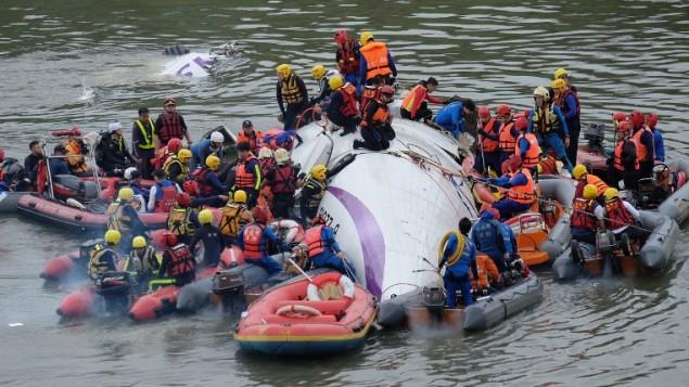 طواقم الانقاذ يحاولون نشل الركاب من داخل طائرة تحطمت في تايوان، 4 فبراير 2015 (SAM YEH / AFP)