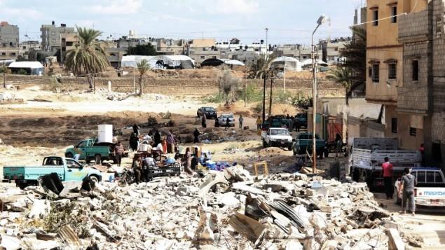 أسر مصرية تجمع متعلقاتهم قبل مغادرة منازلهم خلال عملية عسكرية في مدينة رفح المصرية بالقرب من الحدود مع جنوب قطاع غزة،  30 أكتوبر، 2014.   AFP/STR