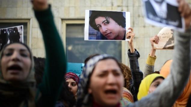 متظاهرات مصريات يرفعن صورة شيماء الصباغ خلال مظاهرة نسائية في القاهرة في 29 يناير 2015 (MOHAMED EL-SHAHED / AFP)