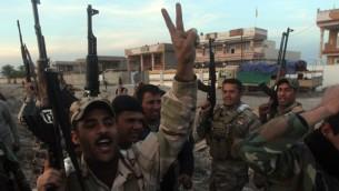 قوات الحكومة العراقية تحتفل  باستعادة منطقة المنصورية، في محافظة ديالى في العراق، من سيطرة جماعة الدولة الاسلامية.  2 فبراير 2015  AFP PHOTO/AHMAD AL-RUBAYE