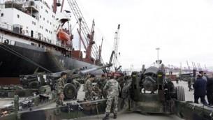 جنود لبنانيون بجانب أسلحة وصلت من الولايات المتحدة في ميناء بيروت، 8 فبراير 2015 (AFP PHOTO / ANWAR AMRO)