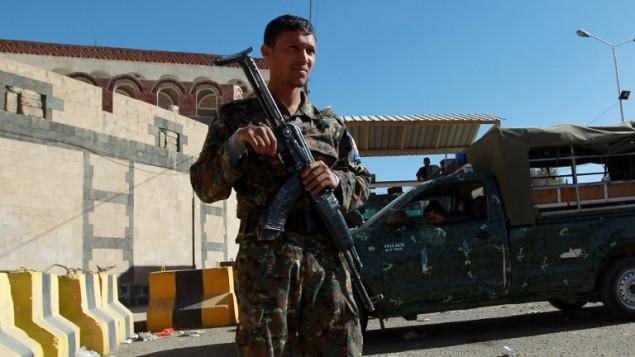 جندي يمني يحرس السفارة الأمريكية في اليمن، 11 فبراير 2015 (MOHAMMED HUWAIS / AFP)