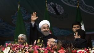 الرئيس الإيراني حسن روحاني يحيي الجمهور في ساحة ازادي في طهران في الذكرى ال36 للثورة الإسلامية، 11 فبرابر 2015 (BEHROUZ MEHRI / AFP)