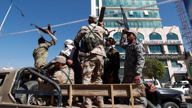 مقاتلون حوثيون شيعيون يهتفون في العاصمة اليمنية صنعاء، 11 فبراير 2015 (MOHAMMED HUWAIS / AFP)