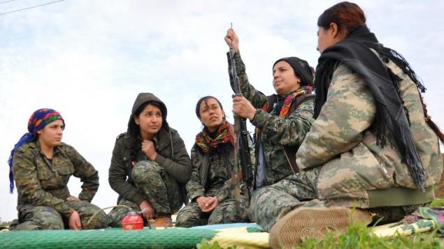 مقاتلات كرديات بالقرب من الحدود السورية-التركية، 13 فبراير 2015 (DELIL SOULEIMAN / AFP)