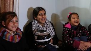 ملاك الخطيب، 14، التي قضت ستة اسابيع في السجون الإسرائيلية، مع صديقاتها في منزلها في الضفة الغربية بعد اطلاق صراحها، 13 فبراير 2015 (ABBAS MOMANI / AFP)